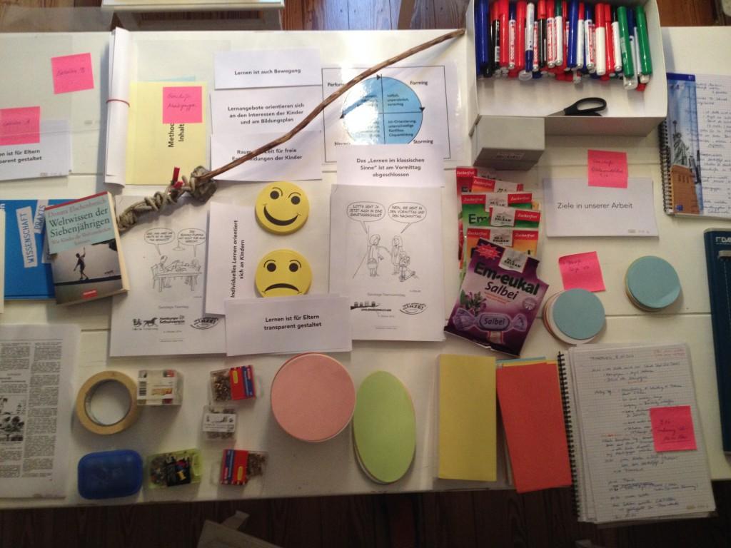 Kurz vor der Abreise zu einem Workshop...die Bonbons dienen zur Einteilung von Arbeitsgruppen, der Stock ist die Werte-Angel zur Vorführung von Werten