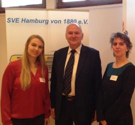 Geschäftsführer des PARITÄTISCHEN Hamburg, Joachim Speicher, mit dem Ganztagsteam der Grundschule Lohkampstraße